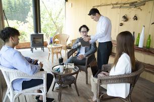 ユニークべニューでミーティングをする男女の写真素材 [FYI04604064]