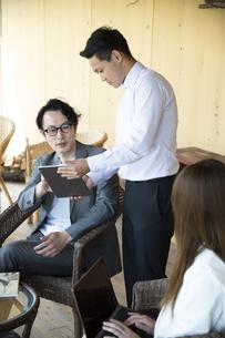 ユニークべニューでミーティングをする男女の写真素材 [FYI04604065]