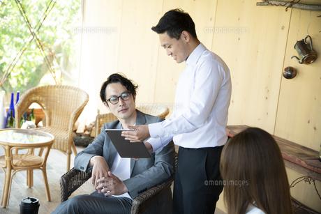 ユニークべニューでミーティングをする男女の写真素材 [FYI04604066]