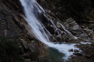 滝壺に斜めに滑り落ちる滝の写真素材 [FYI04604110]