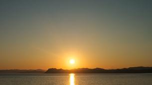 湾に沈む夕日の写真素材 [FYI04604144]