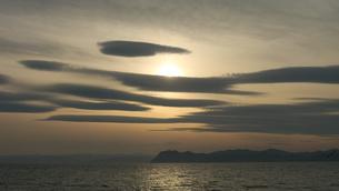 夕日と雲の海岸風景の写真素材 [FYI04604146]