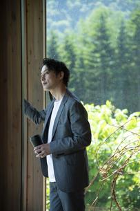 外を眺めるビジネスマンの写真素材 [FYI04604171]