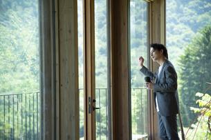 外を眺めるビジネスマンの写真素材 [FYI04604174]