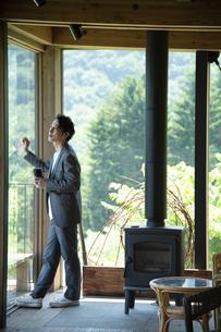 外を眺めるビジネスマンの写真素材 [FYI04604175]