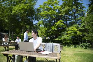 森の中で仕事をする男女の写真素材 [FYI04604225]