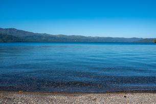 青い透明な水をたたえた湖の写真素材 [FYI04604492]
