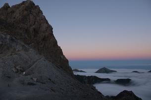 夕暮れ時の空のグラデーションと眼下に広がる雲海と槍ヶ岳の写真素材 [FYI04604720]