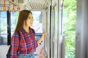 電車で女子旅をする女性の写真素材 [FYI04604787]
