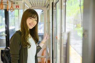 電車で女子旅をする女性の写真素材 [FYI04604792]