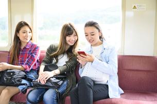 電車で女子旅をする女性3人の写真素材 [FYI04604807]