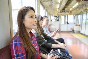 電車で女子旅をする女性の写真素材 [FYI04604811]