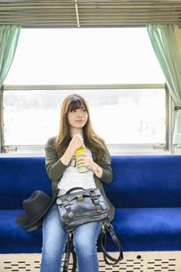 電車に乗って女子旅をする女性の写真素材 [FYI04604818]