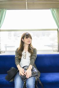 電車に乗って女子旅をする女性の写真素材 [FYI04604821]