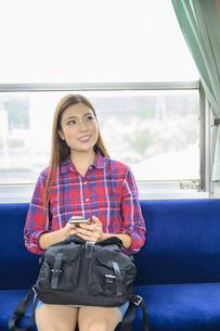 電車に乗って女子旅をする女性の写真素材 [FYI04604828]