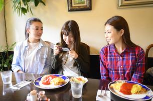 カフェでランチする女性3人の写真素材 [FYI04604861]