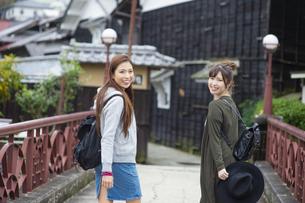 女子旅をする女性2人の写真素材 [FYI04604879]