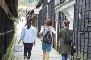 女子旅をする女性3人の写真素材 [FYI04604890]