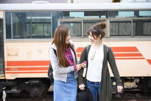 女子旅をする女性2人の写真素材 [FYI04604909]