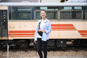 女子旅をする女性1人の写真素材 [FYI04604912]