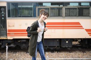 女子旅をする女性の写真素材 [FYI04604918]