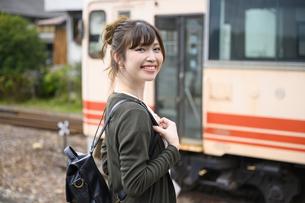 女子旅をする女性の写真素材 [FYI04604921]