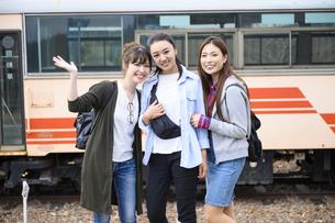 女子旅をする女性3人の写真素材 [FYI04604923]