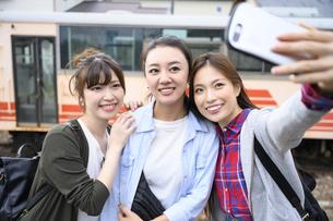 女子旅をする女性3人の写真素材 [FYI04604925]