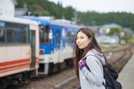 電車を待つ女子旅をする女性の写真素材 [FYI04604930]
