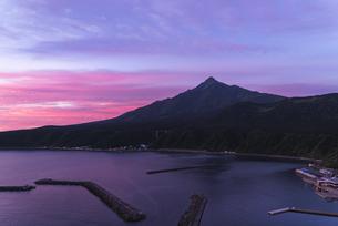 朝焼けと利尻富士の写真素材 [FYI04604934]