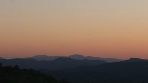 夕日の山並みの写真素材 [FYI04604966]