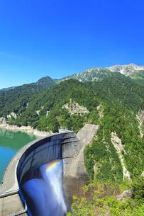 夏の立山 黒部ダム観光放水に虹の写真素材 [FYI04604988]