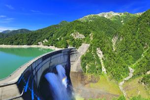 夏の立山 黒部ダム観光放水に虹の写真素材 [FYI04604989]