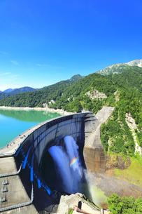 夏の立山 黒部ダム観光放水に虹の写真素材 [FYI04604990]