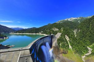夏の立山 黒部ダム観光放水に虹の写真素材 [FYI04604992]