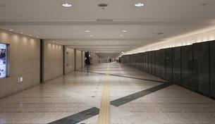 大阪梅田の地下街の通路の写真素材 [FYI04604995]
