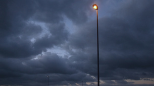 曇り空と街燈の写真素材 [FYI04605388]