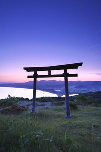 夷王山の鳥居と大澗湾の朝の写真素材 [FYI04605398]