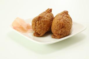 白い皿にのったいなり寿司とガリの写真素材 [FYI04605473]