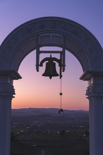 夕焼けの中の鐘の写真素材 [FYI04605641]
