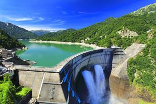 夏の立山 黒部ダム観光放水に虹の写真素材 [FYI04605914]