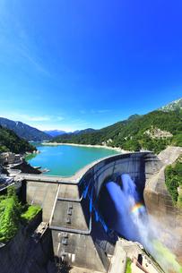 夏の立山 黒部ダム観光放水に虹の写真素材 [FYI04605915]