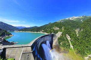 夏の立山 黒部ダムに遊覧船と観光放水に虹の写真素材 [FYI04605916]