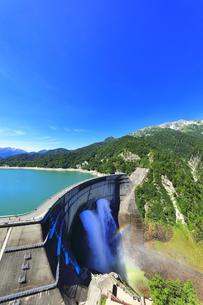 夏の立山 黒部ダムに遊覧船と観光放水に虹の写真素材 [FYI04606035]