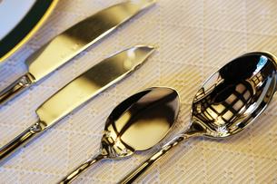 スプーンとナイフの写真素材 [FYI04606066]
