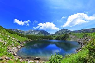 夏の立山 ミクリガ池と雄山などの山々の写真素材 [FYI04606068]