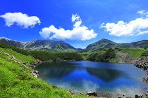 夏の立山 ミクリガ池と雄山などの山々の写真素材 [FYI04606069]