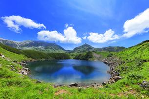夏の立山 ミクリガ池と雄山などの山々の写真素材 [FYI04606070]