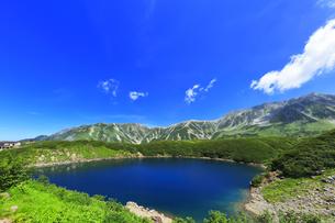 夏の立山 ミクリガ池と雄山などの山々の写真素材 [FYI04606076]
