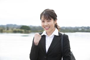 ガッツポーズをして笑っているスーツ姿の女性の写真素材 [FYI04606282]